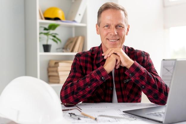 Mężczyzna patrzeje kamerę w jego biurze