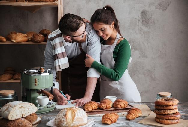 Mężczyzna patrzeje kobiety podczas gdy gotujący