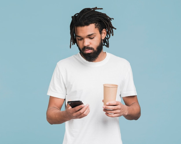 Mężczyzna patrzeje na jego smartphone