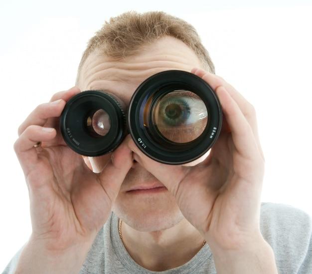 Mężczyzna patrzeje przez obiektywu