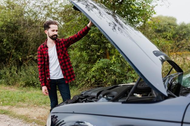 Mężczyzna patrzeje samochodowego silnika