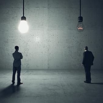 Mężczyzna patrzy na dwie żarówki. jeden jest, połączenie idei i innowacji. obrazy i modele renderowania 3d.