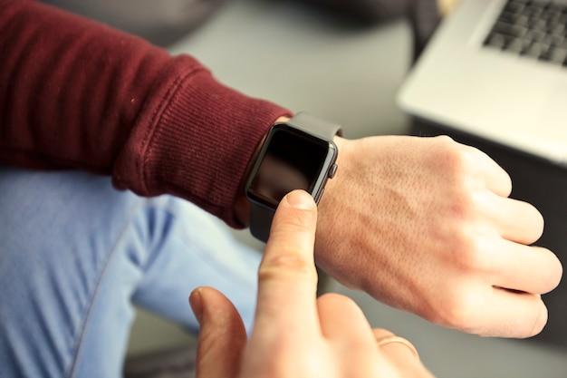 Mężczyzna patrzy na swoje inteligentne zegarki