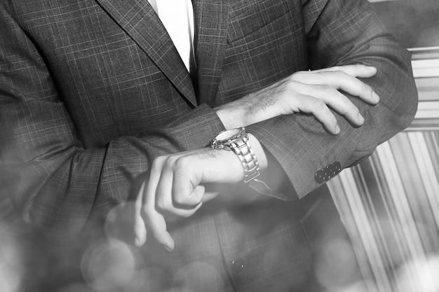 Mężczyzna patrzy na zegarek