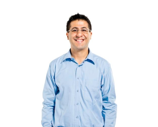 Mężczyzna pewność stałego i uśmiecha się