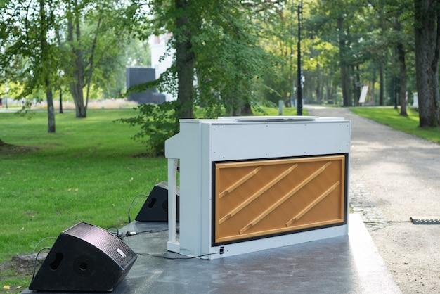 Mężczyzna, pianista w plenerze, w parku