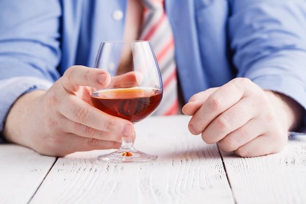 Mężczyzna pić whisky ze szkła
