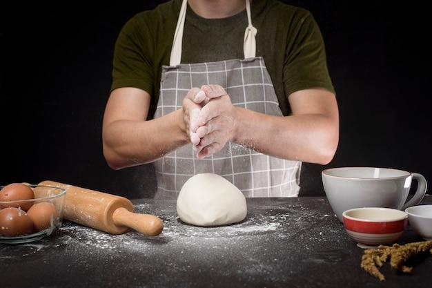 Mężczyzna piecze domowe ciasto