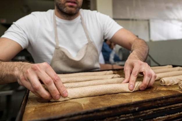 Mężczyzna piecze świeży chleb