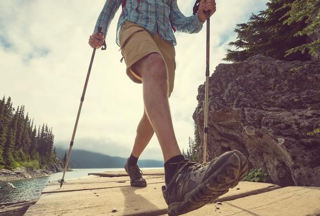 Mężczyzna piesze wycieczki w kanadyjskich górach. wędrówka jest popularną formą rekreacji w ameryce północnej. jest wiele malowniczych szlaków.
