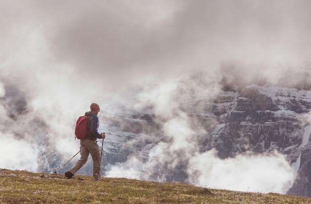Mężczyzna piesze wycieczki w kanadyjskich górach. wędrówka jest popularną formą rekreacji w ameryce północnej.