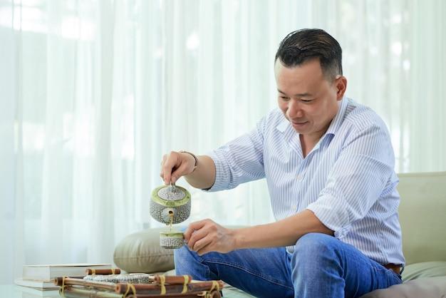 Mężczyzna pije herbaty w domu