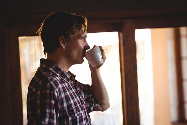 Mężczyzna pije kawę samotnie