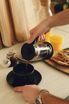 Mężczyzna pije kawę. śniadanie rano