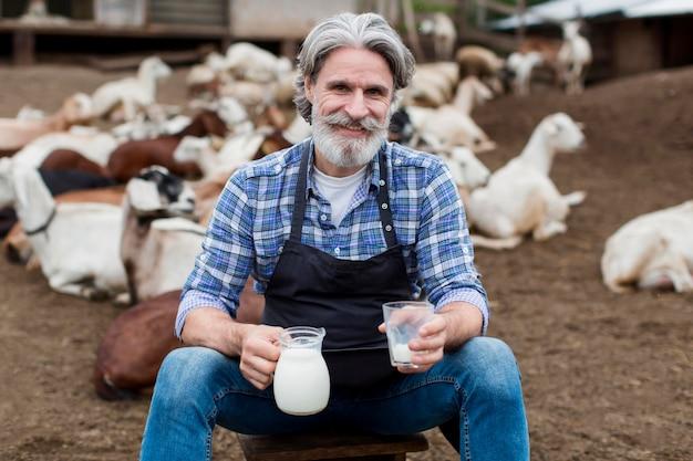 Mężczyzna pije mleko kozie