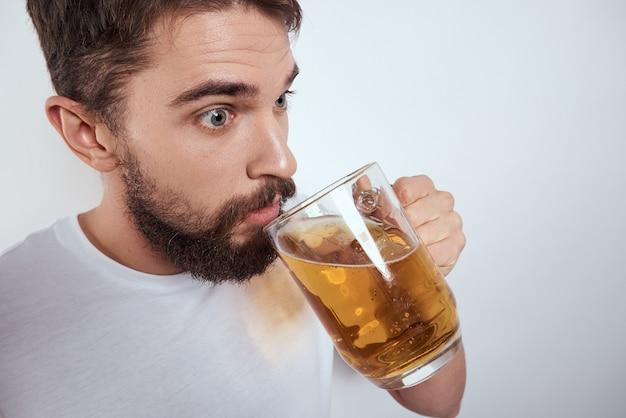 Mężczyzna pije piwo ze szklanki, alkoholizm