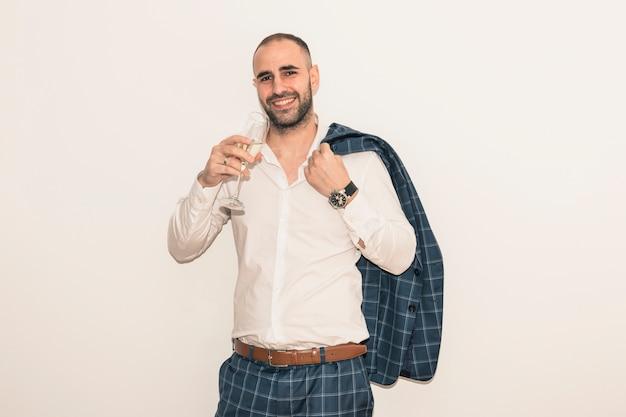 Mężczyzna pije szampana od szkła