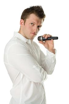 Mężczyzna piosenkarz z mikrofonem w rękach