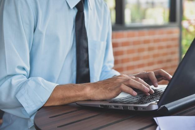 Mężczyzna pisać na maszynie na laptopie