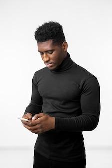 Mężczyzna pisze wiadomość na telefon komórkowy