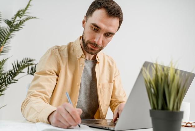 Mężczyzna pisze z klasy rozmowy wideo