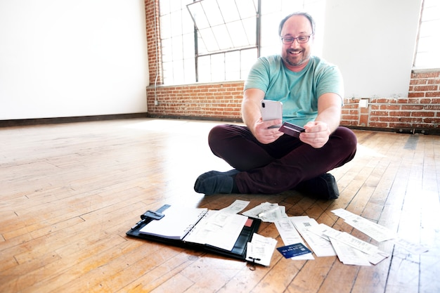 Mężczyzna płaci rachunki online za pośrednictwem bankowości internetowej