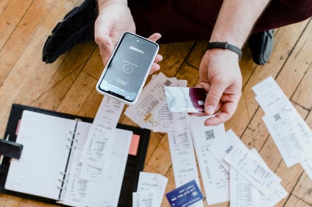 Mężczyzna płaci rachunki online za pośrednictwem makiety bankowości internetowej