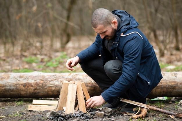 Mężczyzna plenerowy robi ognisku