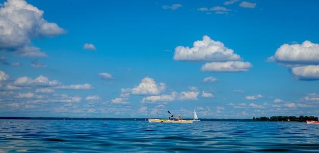 Mężczyzna pływa kajakiem po morzu