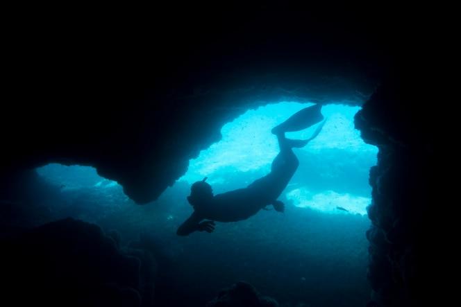 mężczyzna pływający pod wodą