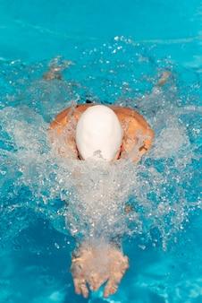 Mężczyzna pływak pływanie w basenie