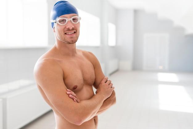 Mężczyzna pływak z rękami skrzyżowanymi
