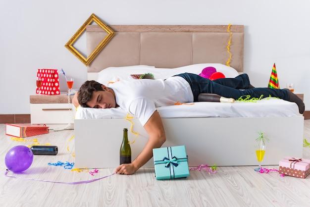 Mężczyzna po ciężkich świątecznych imprezach w domu