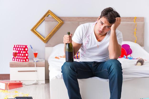 Mężczyzna po imprezie w domu