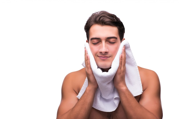 Mężczyzna po prysznicu odizolowywającym na bielu