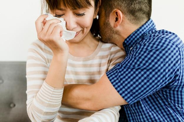 Mężczyzna pocieszający płaczącą dziewczynę