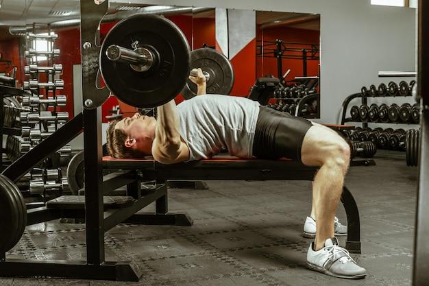 Mężczyzna poćwiczyć w lokalnej siłowni