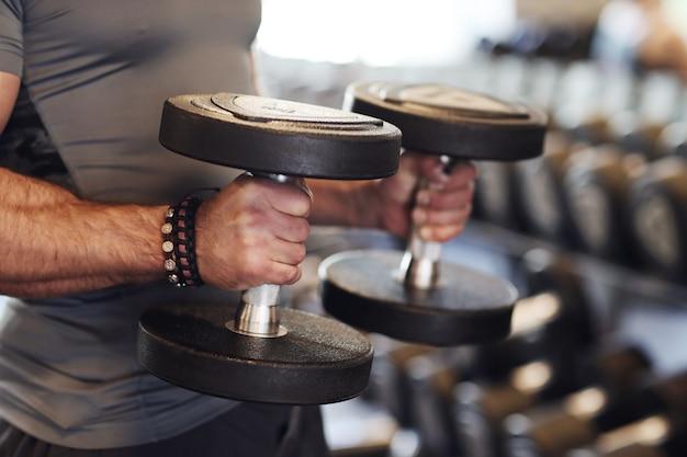 Mężczyzna poćwiczyć w siłowni