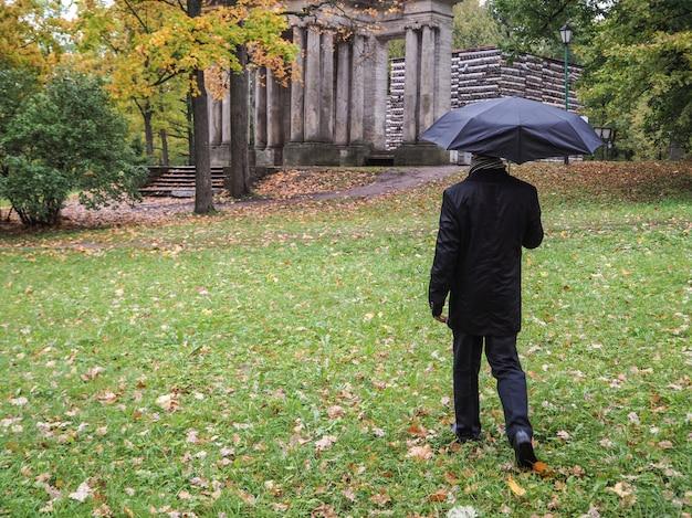 Mężczyzna pod parasolem.