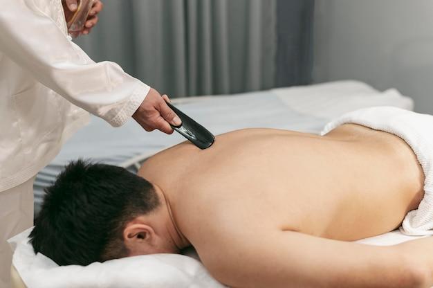 Mężczyzna pod wysokim kątem podczas sesji terapeutycznej