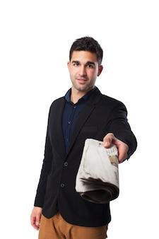 Mężczyzna podając gazetę
