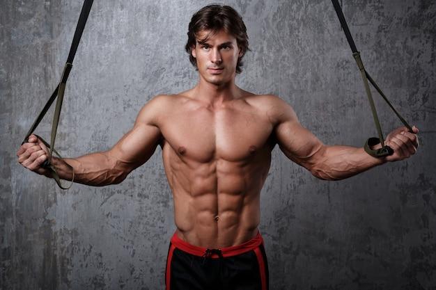 Mężczyzna podczas treningu z paskami do zawieszania