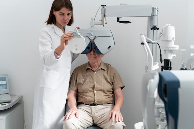 Mężczyzna poddawany badaniu wzroku w klinice okulistycznej
