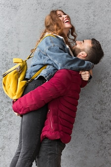 Mężczyzna podnosi jego kobieta środka strzał