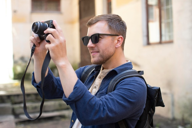 Mężczyzna podróżnik z aparatem w lokalnym miejscu