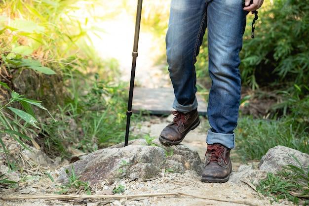 Mężczyzna podróżnik z dużym plecaka alpinizmem podróżuje stylu życia pojęcia jezioro i góry