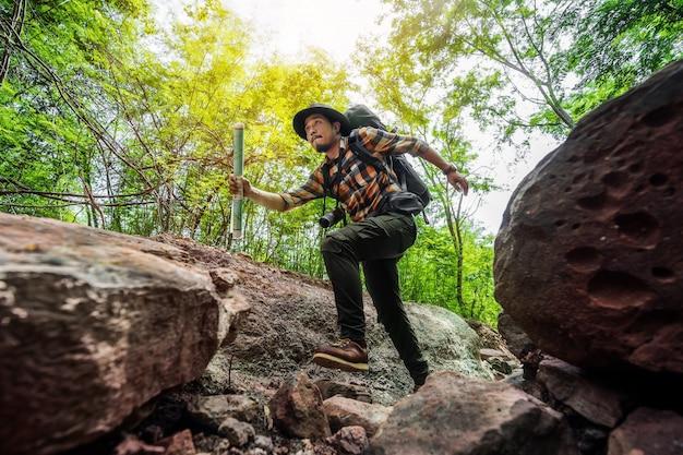 Mężczyzna podróżnik z plecaka bieg w lesie
