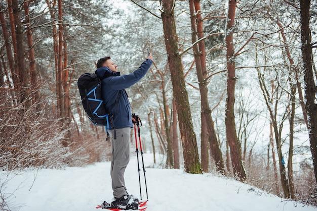 Mężczyzna podróżnik z plecakiem piesze wycieczki podróż lifestyle przygoda aktywne wakacje na świeżym powietrzu. piękny krajobrazowy las
