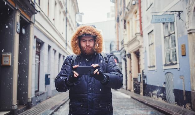 Mężczyzna podróżnik z smartphone