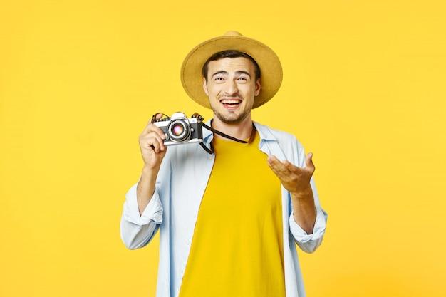 Mężczyzna podróżnik z walizką, radość, paszport